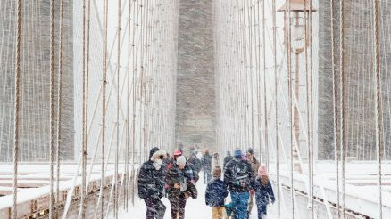 Una espectacular tormenta de nieve en el puente de Brooklyn ganadora del concurso Weather Photographer of the Year 2020